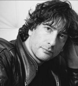 O autor multidisciplinar Neil Gaiman.