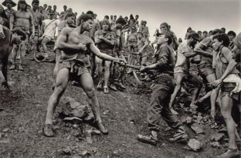 Disputa entre trabalhadores da mina de ouro de Serra Pelada e polícia militar, 1986, Sebastião Salgado.