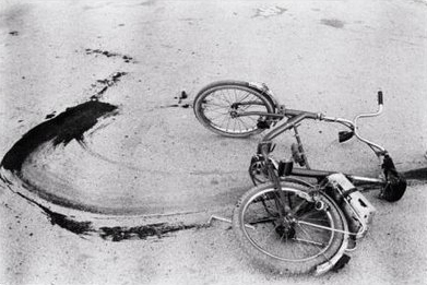 Fallen Bicycle of Teenage Boy Just Killed by a Sniper (Bicicleta caída de garoto adolescente que acabou de ser morto por um atirador), 1993, de Annie Liebovitz.