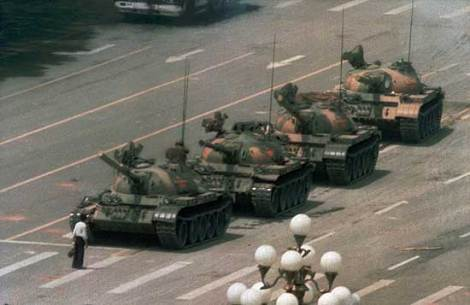 "Foto de Jeff Widener conhecida como ""O Rebelde Desconhecido de Tiananmen"""