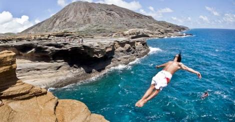 Competidor Orlando Duque, da Colômbia, mergulha de uma rocha a 16 metros do mar na final de um torneio de saltos em Oahu, no Havaí Dean Treml/Red Bull/Ho/AFP