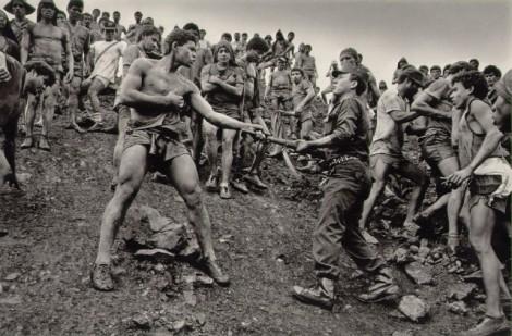 A fotografia que já foi nossa imagem da semana e deu o que falar: Disputa entre trabalhadores da mina de ouro de Serra Pelada e polícia militar, 1986, Sebastião Salgado.