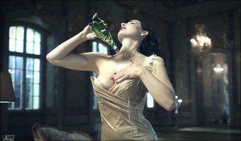 Água com gás e a sensualidade de Dita Von Teese formam a receita da campanha da Perrier, The Perrier Mansion..