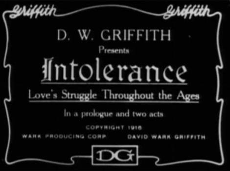 O título principal do filme de D.W. Griffith's Intolerance (Intolerância), de 1916. Muitos estudiosos e historiadores consideram um dos grandes do cinema mudo. Note que o nome do diretor aparece em cinco disposições diferentes.