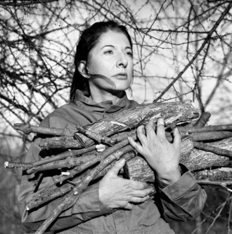 """Foto """"Portrait with Firewood"""", de Marina Abramovic. A 14ª edição da Paris Photo, grande feira anual da fotografia, começou nesta quinta-feira (18) na França. Para ver outras imagens clique na foto."""