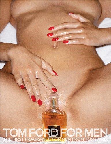 """O perfume substitui e """"esconde"""" o órgão sexual da modelo, enquanto suas mãos aparentemente úmidas sugerem todo tipo de interpretação."""