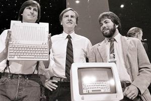 Steve Jobs (esq.), John Scully (centro) e Steve Wozniak durante apresentação do Apple II em San Francisco